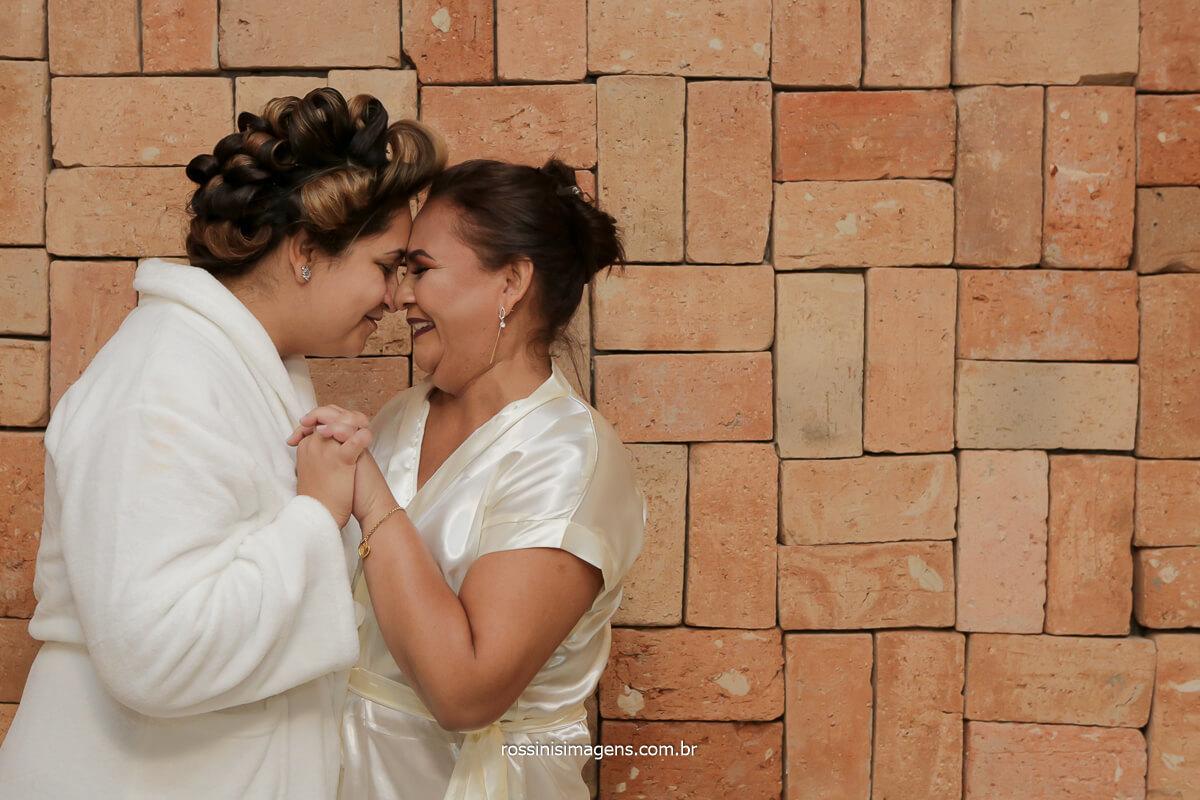 fotografia do making of dia da noiva com a mãe com robe personalizado no espaço vista verde, @RossinisImagens