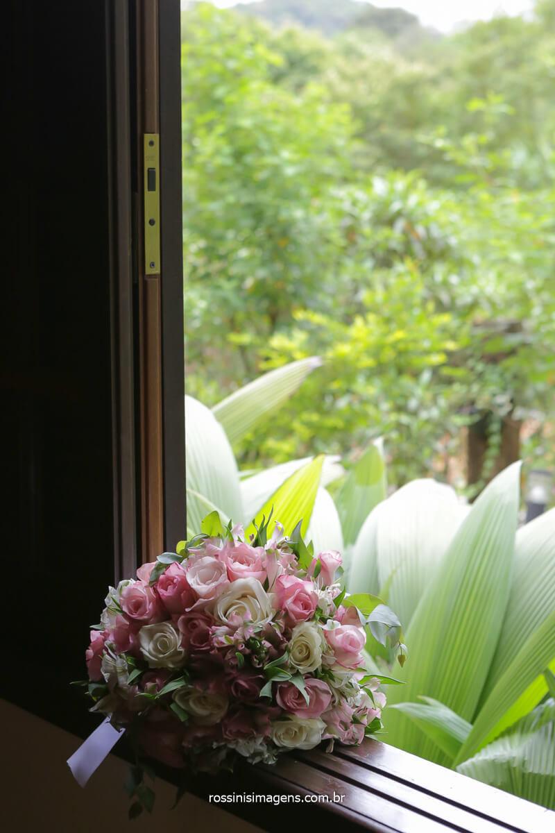 fotografia do buquê da noiva na janela no espaço vista verde,