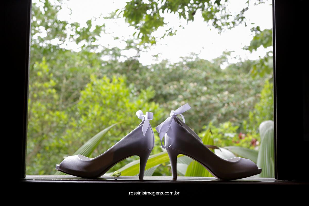 fotografia do sapato da noiva na janela do camarim onde a noiva estava, @RossinisImagens