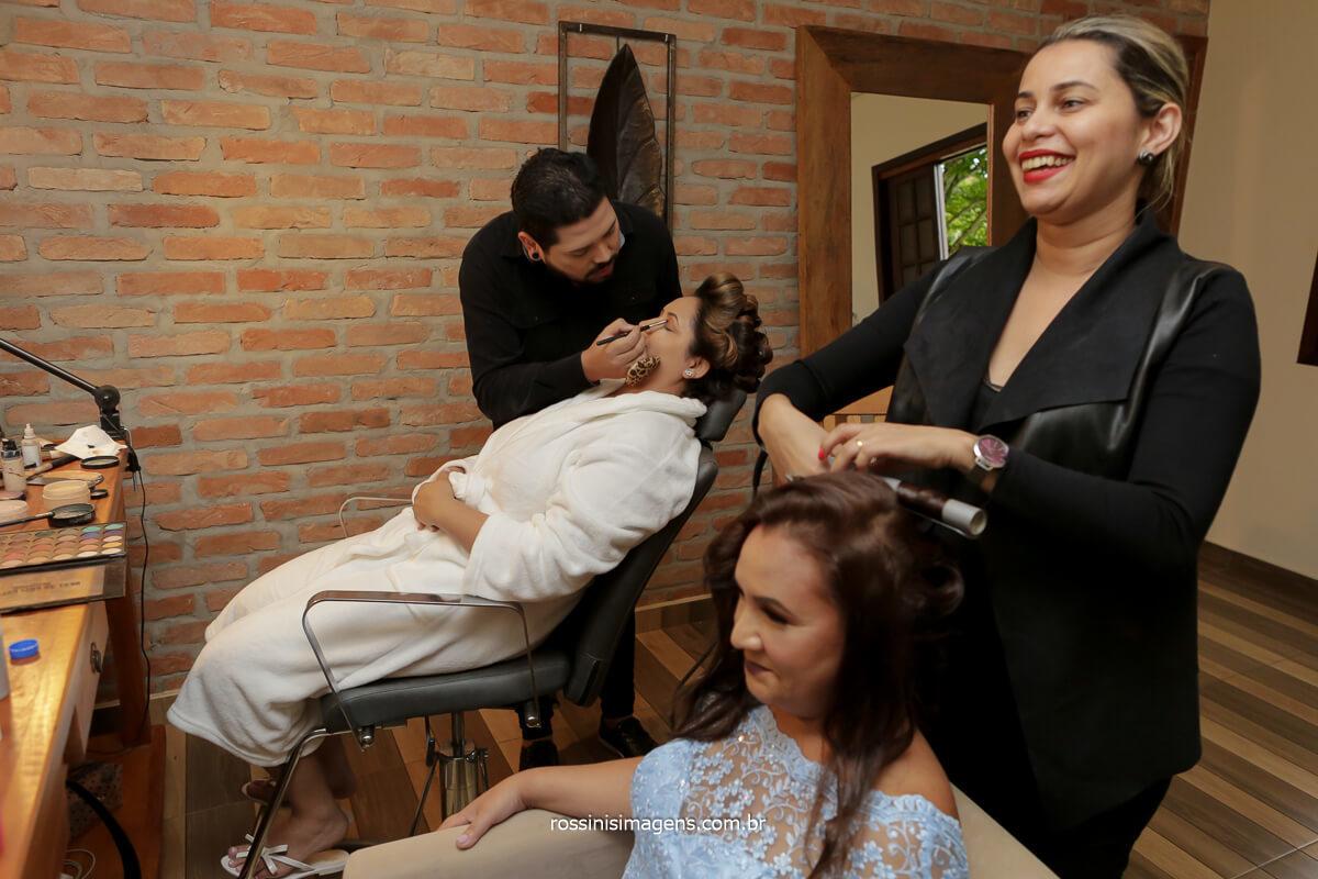 mãe da noiva fazendo penteado e noiva na make up no espaço vista verde, @RossinisImagens