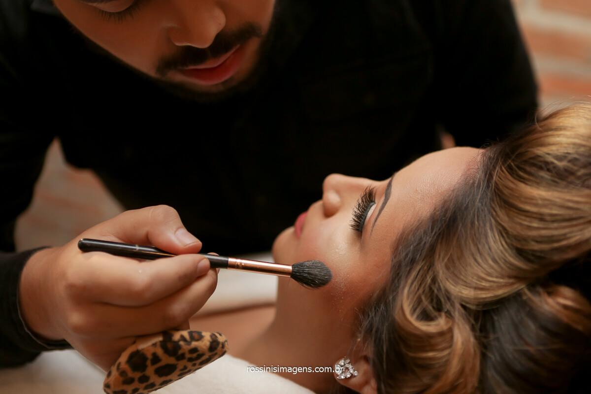 maquiador di.rodriguesss maquiando a noiva amanda no espaço do casamento, @RossinisImagens