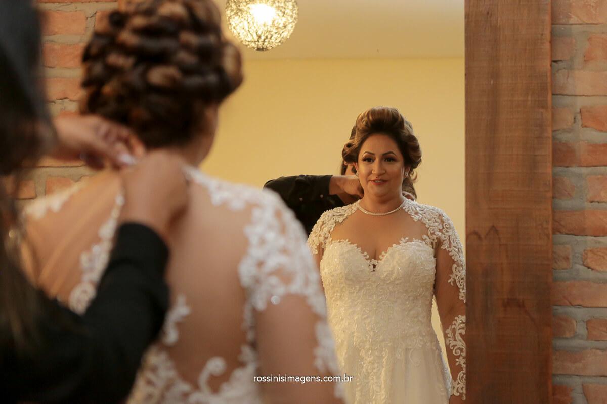 assessora Tamy Ribeiro auxiliando a colocação do vestido da noiva, @RossinisImagens