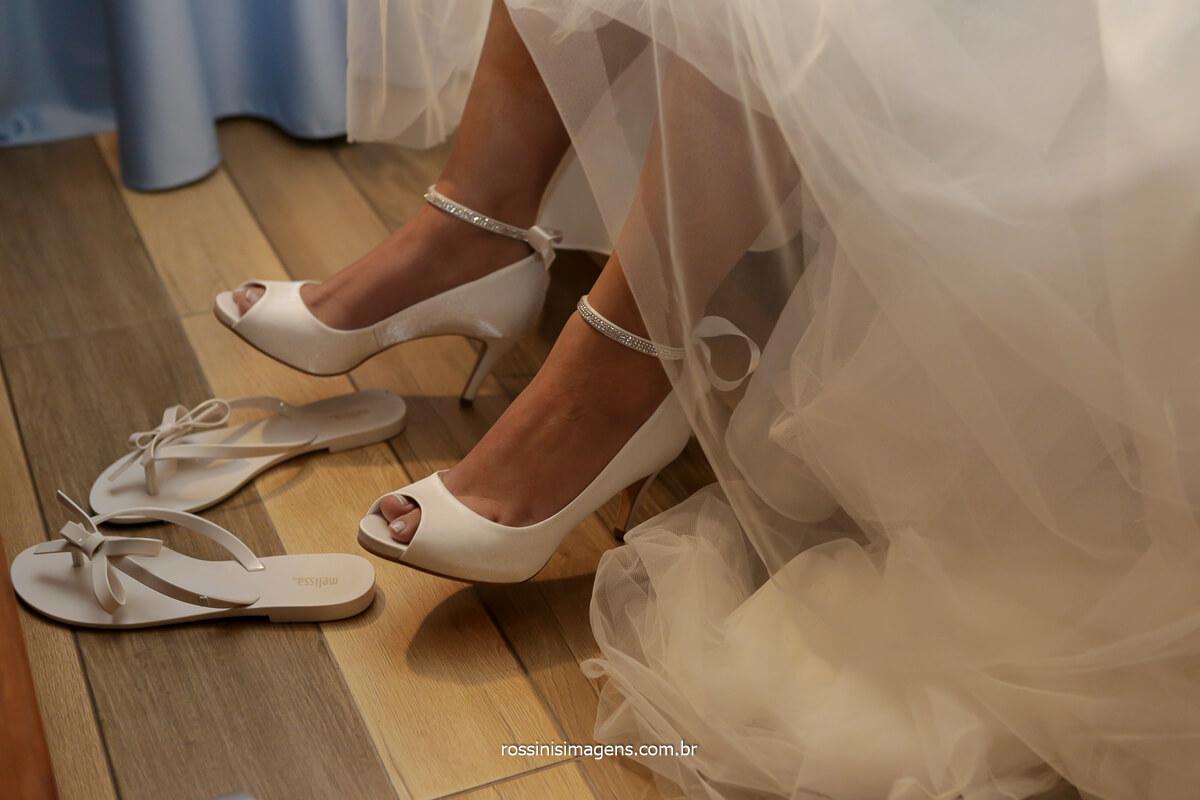 noiva colocando o sapato para o grande momento o cerimonial de casamento no Espaço Vista Verde, @RossinisImagens