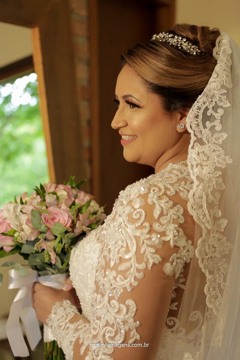 dia da noiva, noiva pronta olhando no espelho segurando o buquê com um lindo sorriso, @RossinisImagens