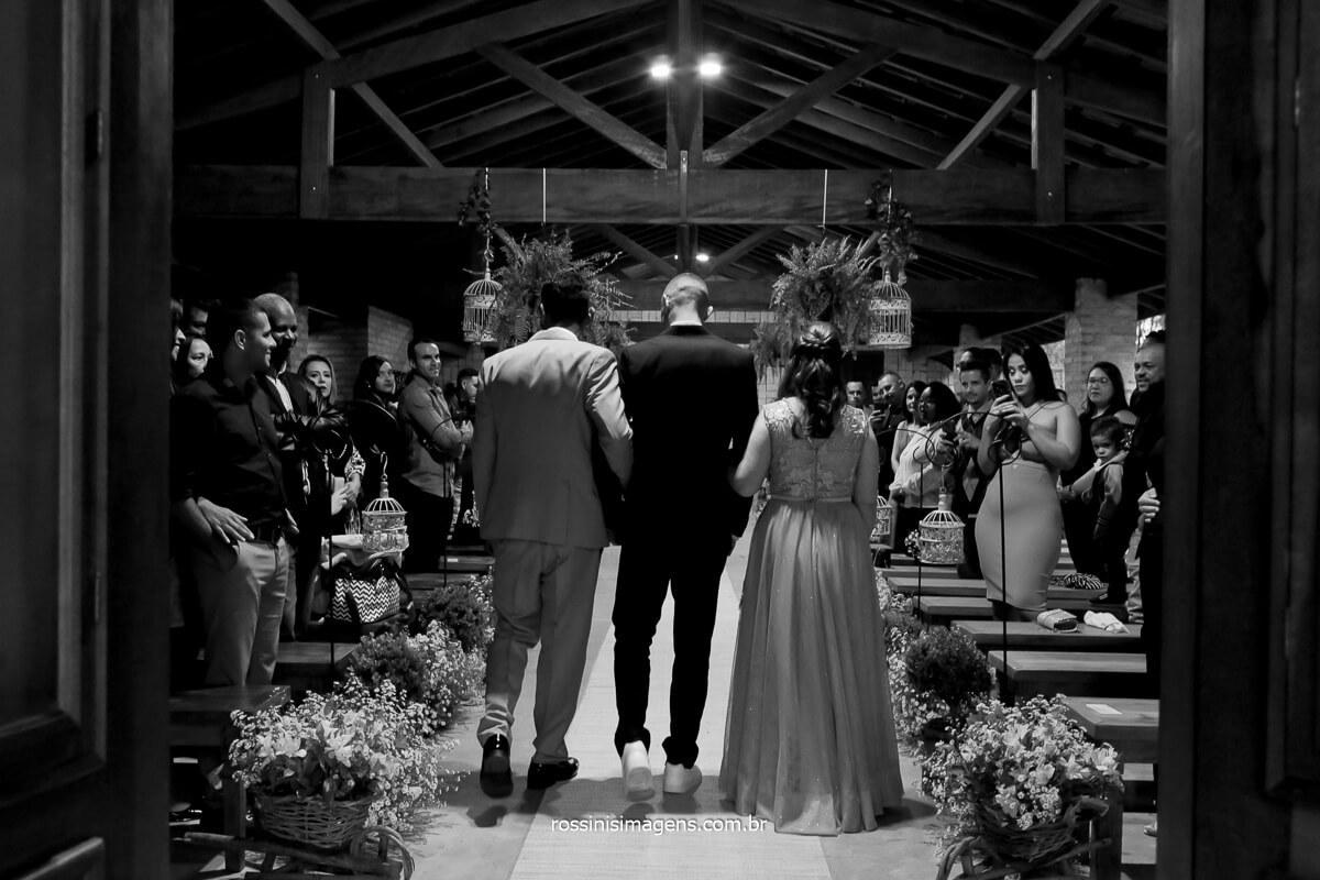 fotografia do noivo entrando no altar de costa passando pela porta do cerimonial