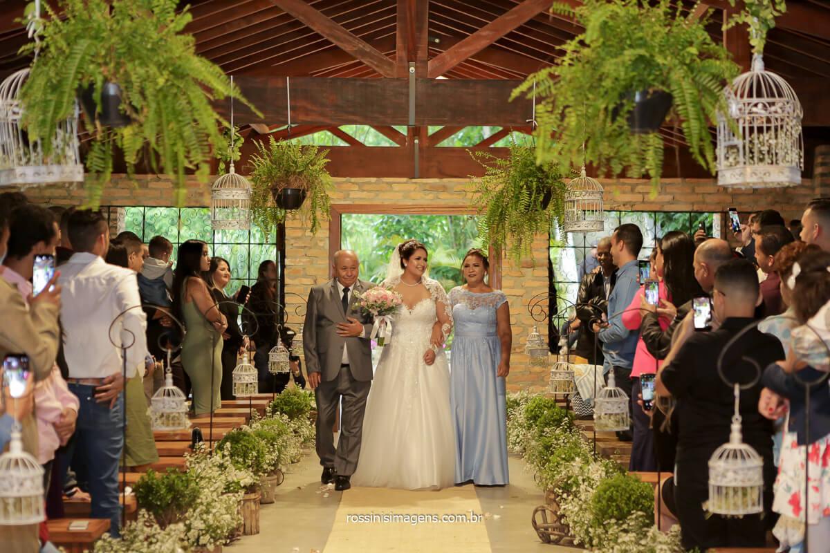 entrada da noiva junto com os pais conduzindo a para o altar, @RossinisImagens