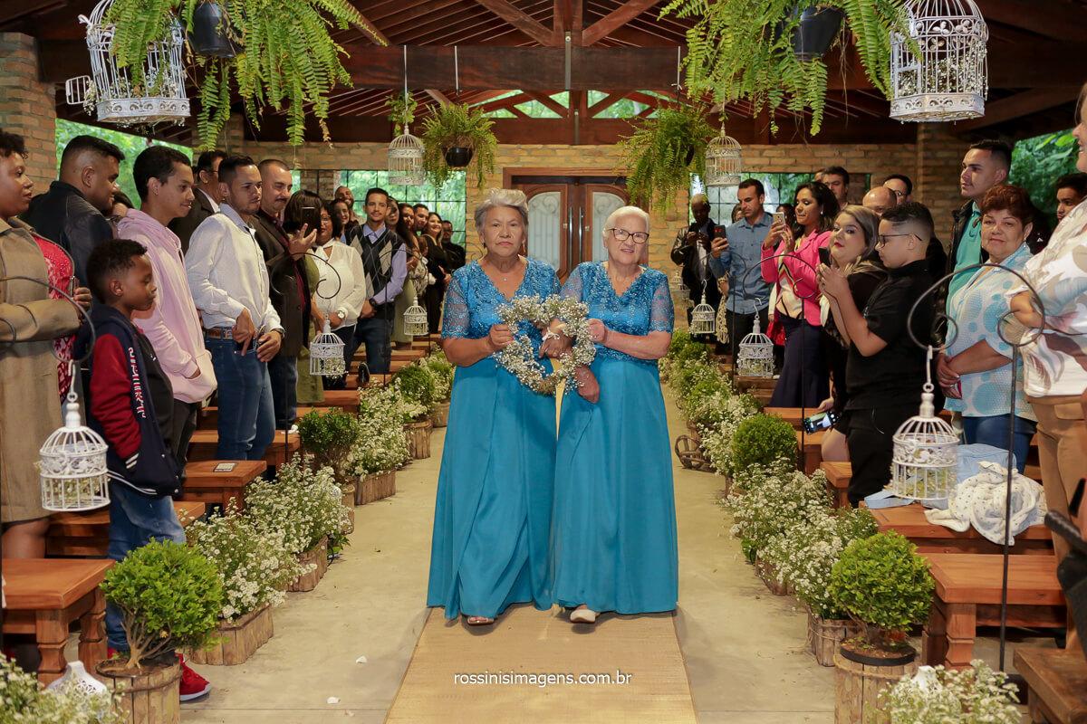 entrada das avos com a aliança, entrada das alianças com as avos, avos de vestidos azuis entrando com as alianças no casamento, @RossinisImagens