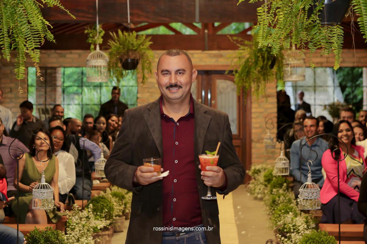 entrada surpresa dos drinques para os noivos em seu primeiro brinde de casados, @RossinisImagens