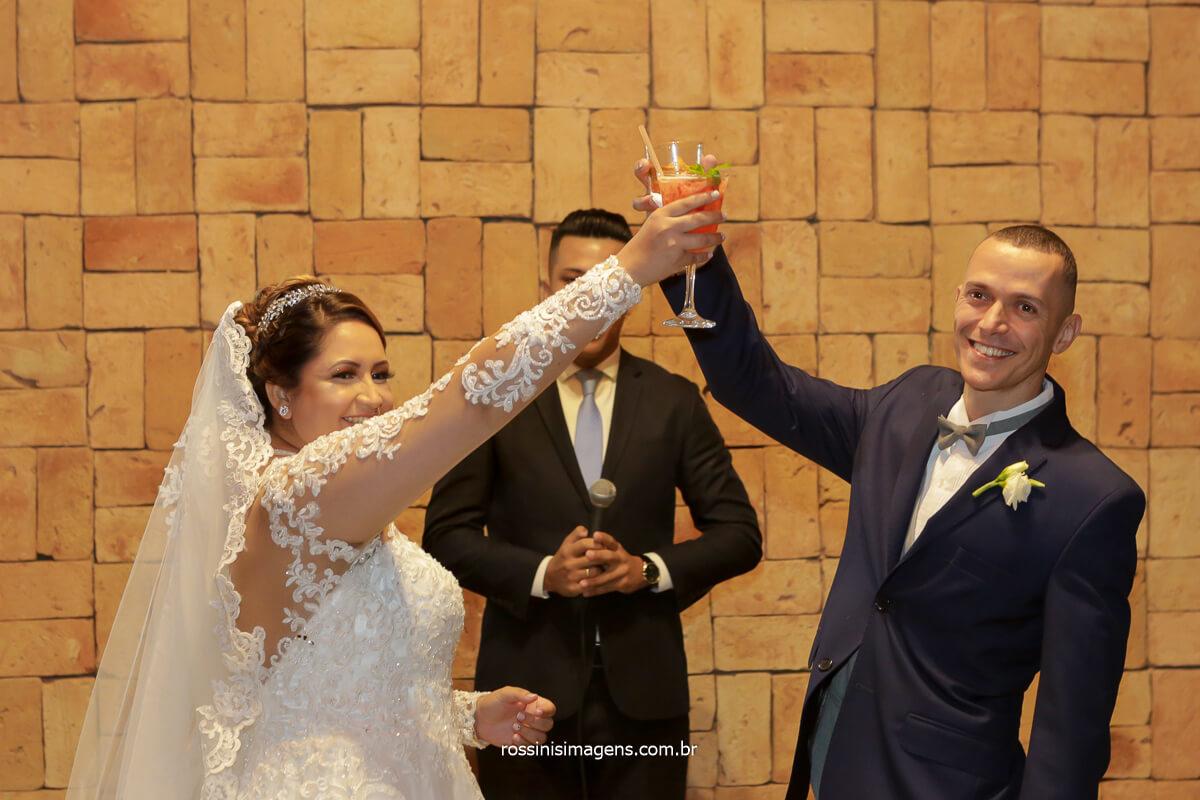 primeiro brinde de casados, casal fazendo brinde no altar,espaço vista verde e fotografia @RossinisImagens
