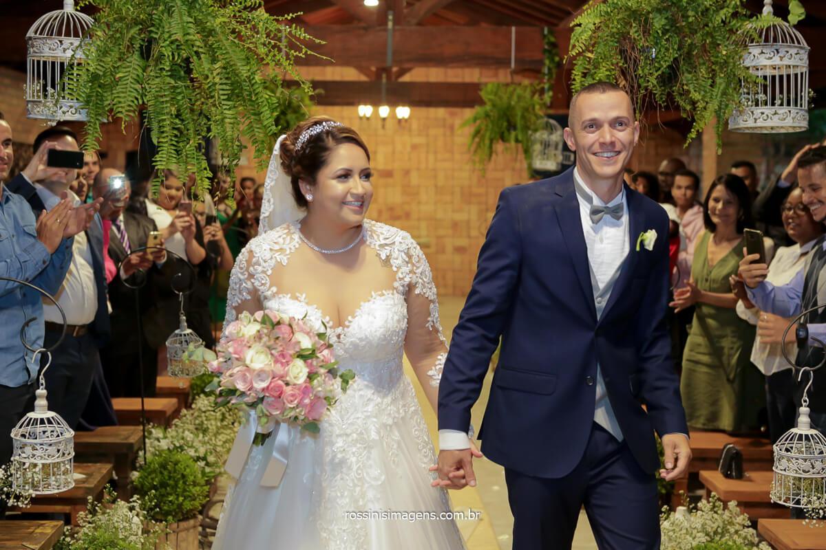 fotografia da saída dos noivos animados e comemorando, @RossinisImagens