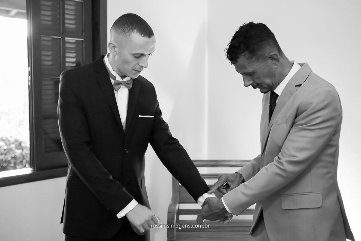 fotografia do pai ajudando o noivo a colocar o traje de gala para o casamento, fotografia de família, pai e filho, dia do casamento, @RossinisImagens