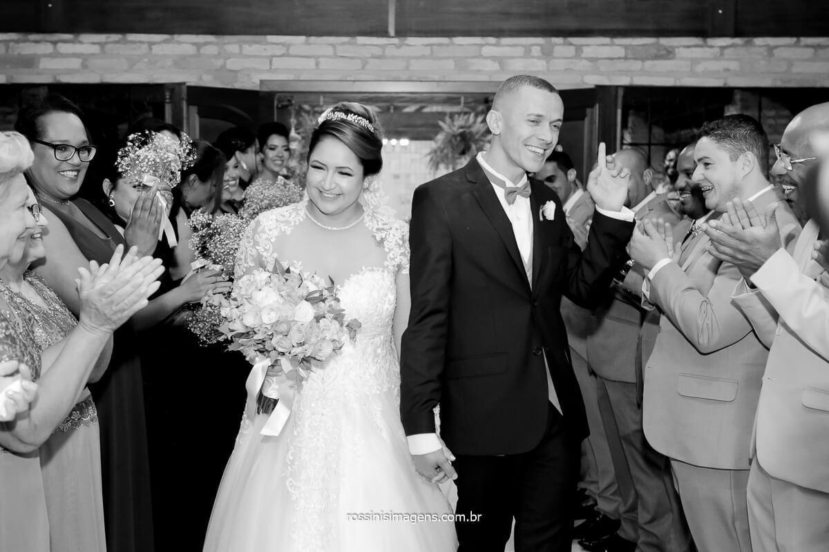saída dos noivos no corredor com os padrinhos animação total, @RossinisImagens
