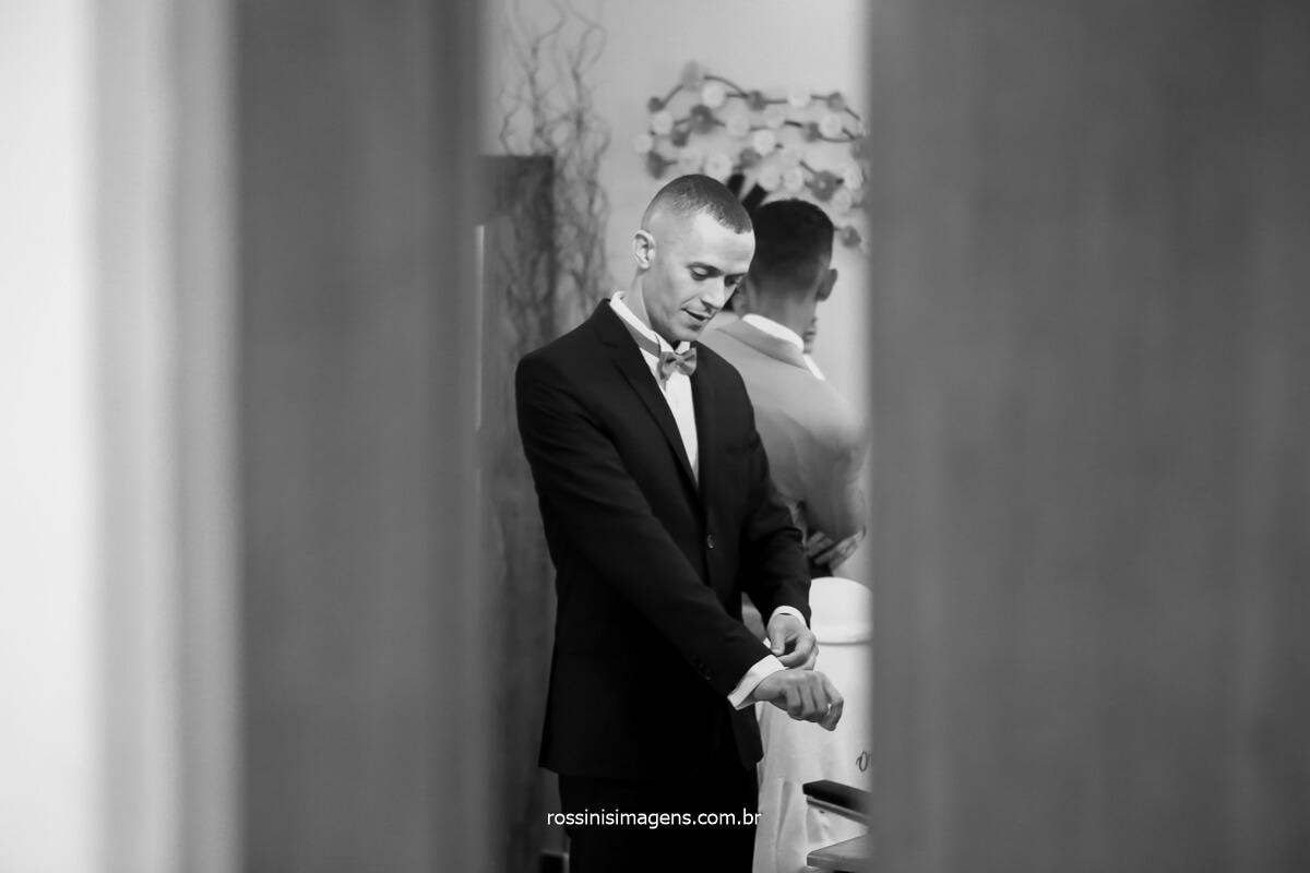 fotografia do noivo colocando o terno momentos antes do sim, @RossinisImagens