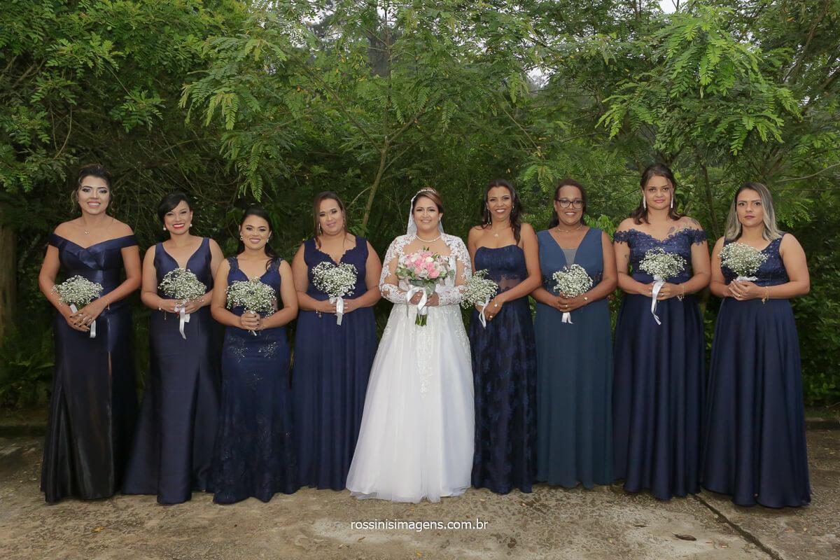 fotografia coletiva da noiva com as madrinhas com vestidos na cor azul e com os buquês, @RossinisImagens