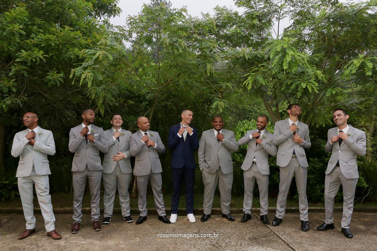 fotografia coletiva do noivo com os padrinhos arrumando a gravata, @RossinisImagens