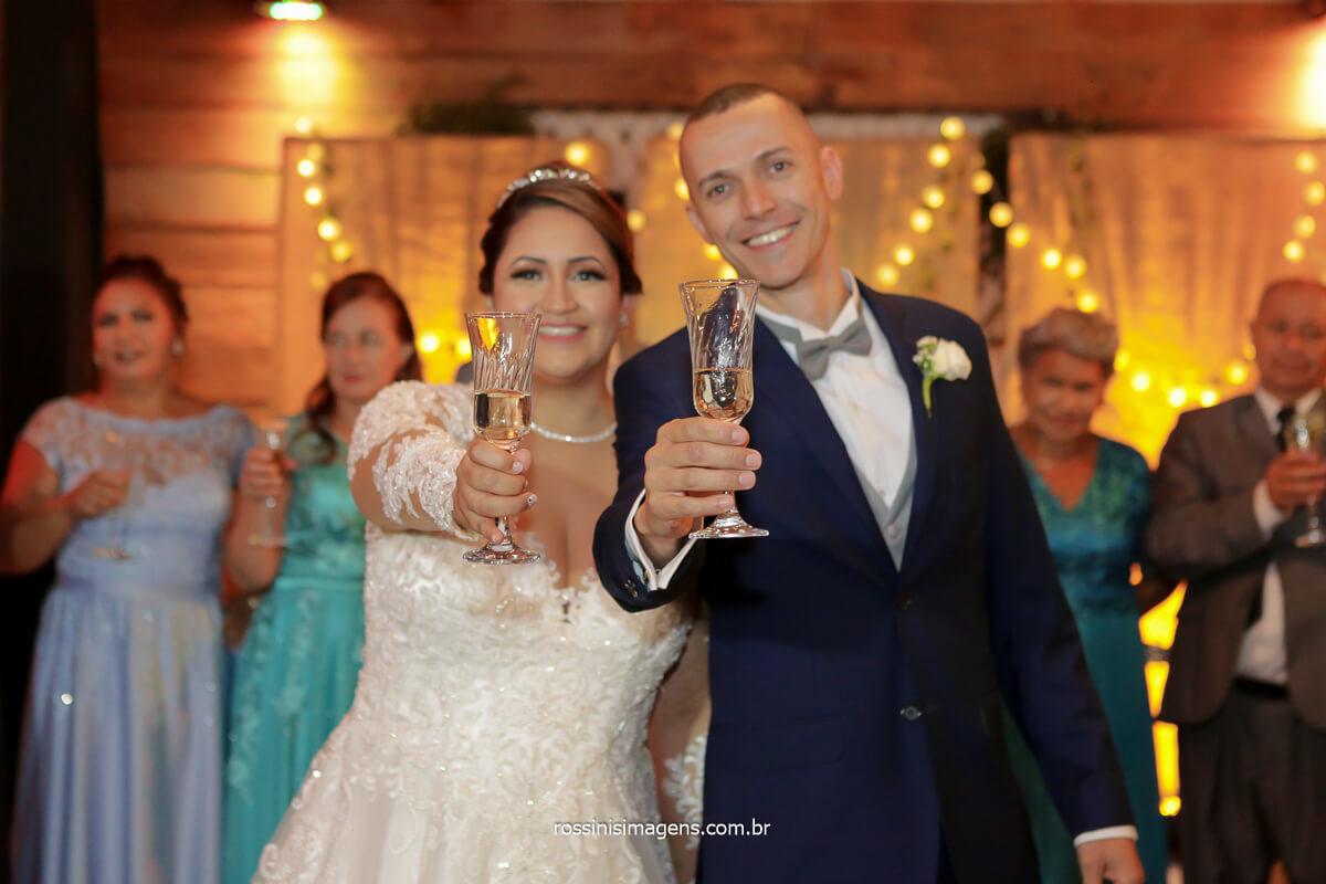 fotografia do casal na pista de dança recepcionando os convidados com um brinde, @RossinisImagens