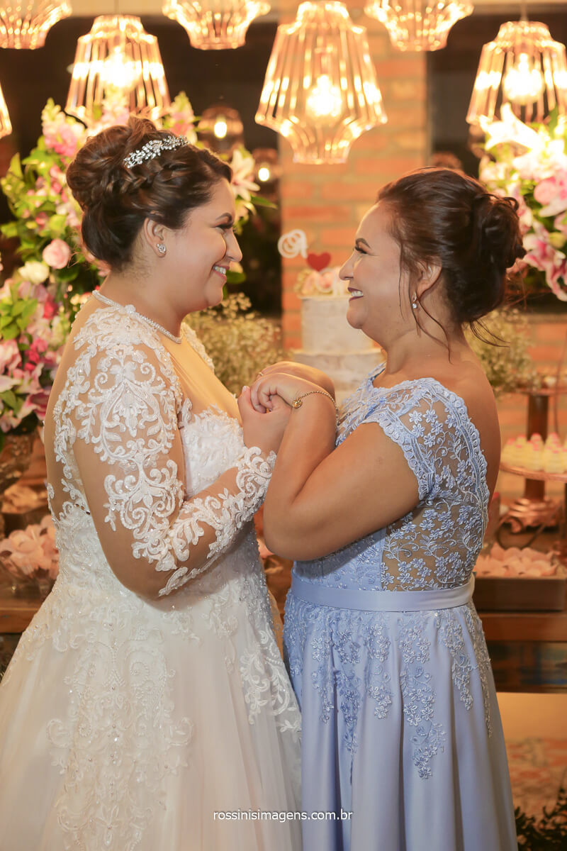 fotografia na mesa do bolo noiva com a mãe segurando a mão, @RossinisImagens