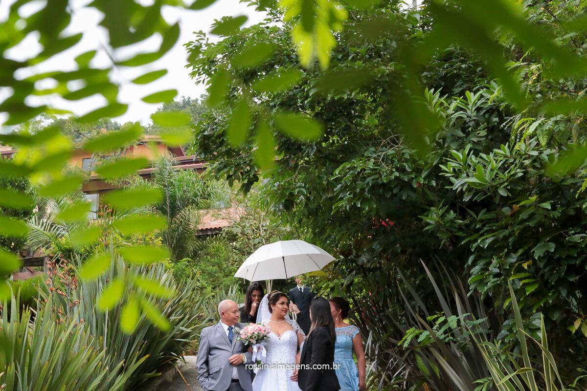fotografia do casamento noiva com os pais e a assessora antes do sim, noiva chegando no casamento, @RossinisImagens
