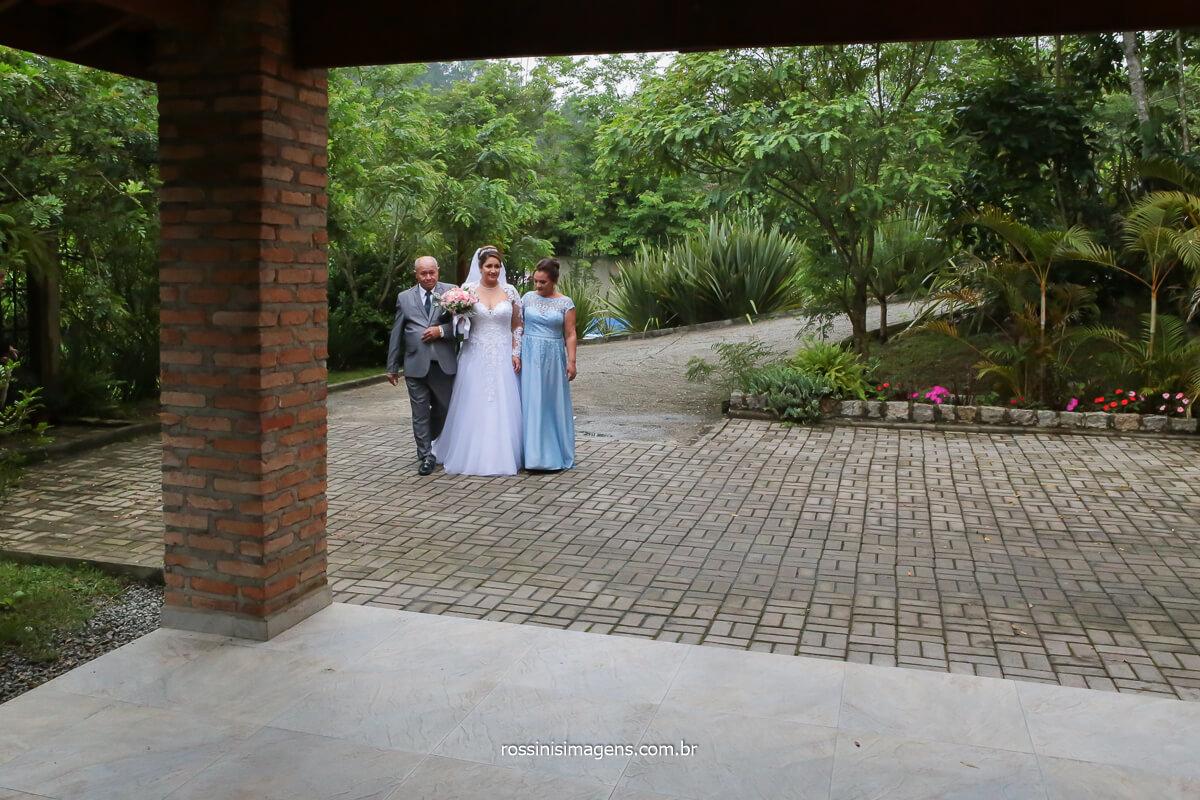 entrada da noiva no espaço vista verde em ribeirão acompanhada dos pais, em direção ao altar, @RossinisImagens