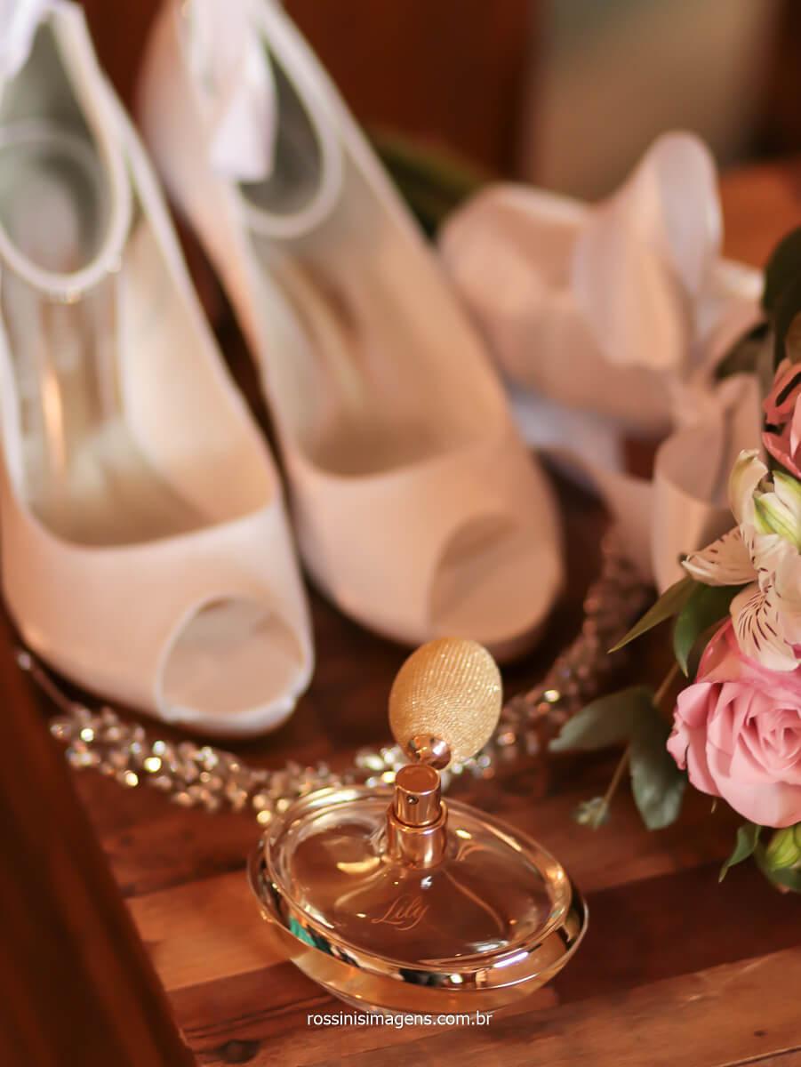 fotografia dos acessórios da noiva como sapato, tiara, buquê e como não esquecer o perfume, Boticário, Lily itens do casamento, @RossinisImagens