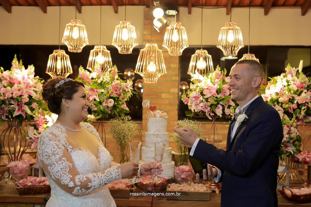 fotografo de casamento em ribeirão brinde dos noivos na mesa do bolo, @RossinisImagens