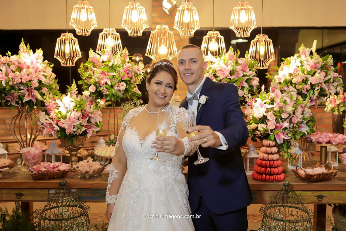 noivos brindando na mesa do bolo em fotografia de casamento em ribeirão no espaço vista verde, @RossinisImagens