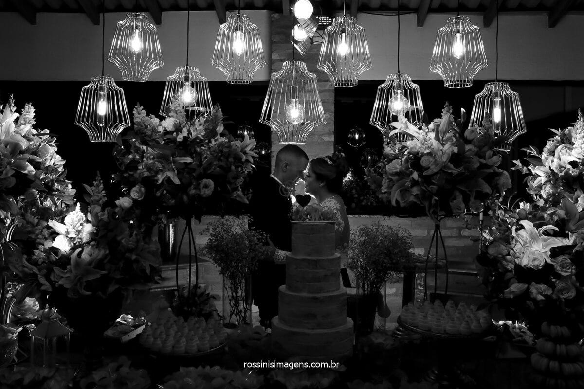 fotografia criativa, fotografo de casamento em ribeirão, fotografo de casamento em suzano, fotografo de casamento em são paulo noivos na mesa do bolo, fotografia preto e branco, @RossinisImagens