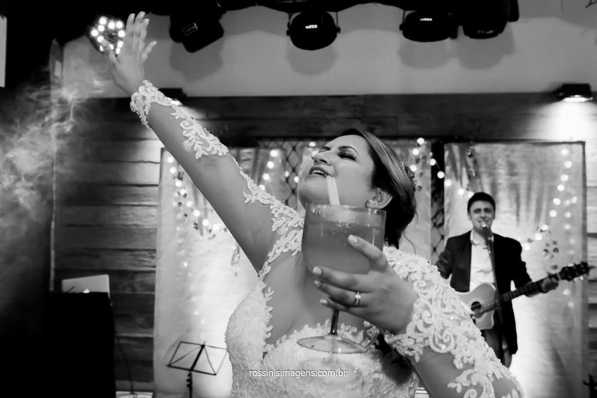 noiva curtindo a festa na balada muita animação e felicidade só noivas com assessoria de verdade sabem o que realmente é curtir a própria festa, @RossinisImagens
