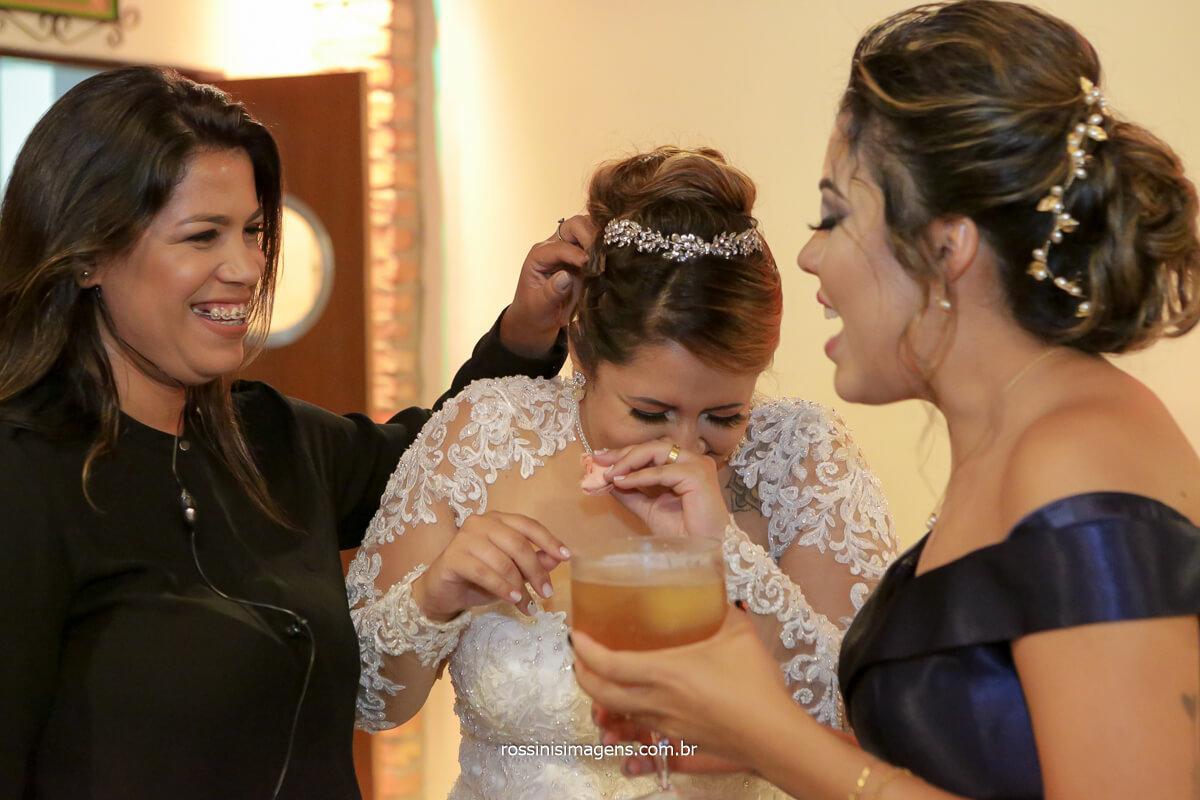 noiva comendo docinho para balancear a glicose assessora e melhor amiga da noiva Amanda e  Tamy Ribeiro, @RossinisImagens