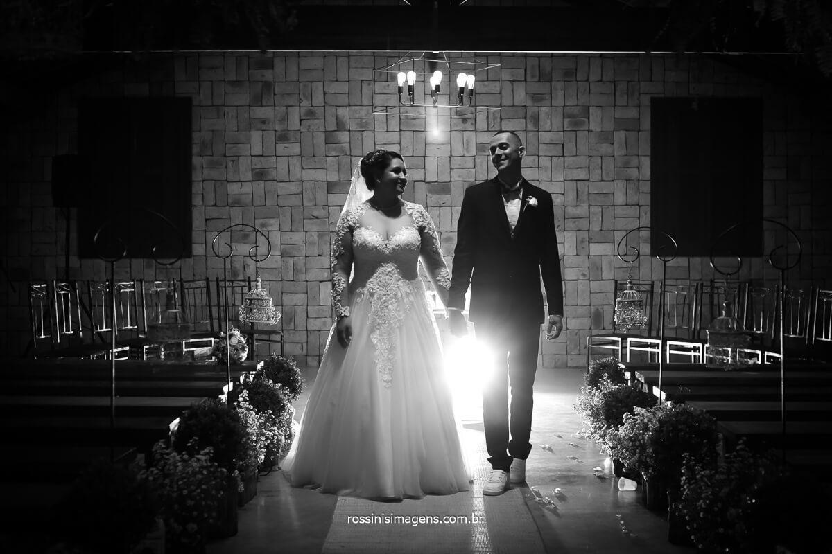 Sessão de fotos dos noivos no local da cerimonia fotografia preto e branco do casal