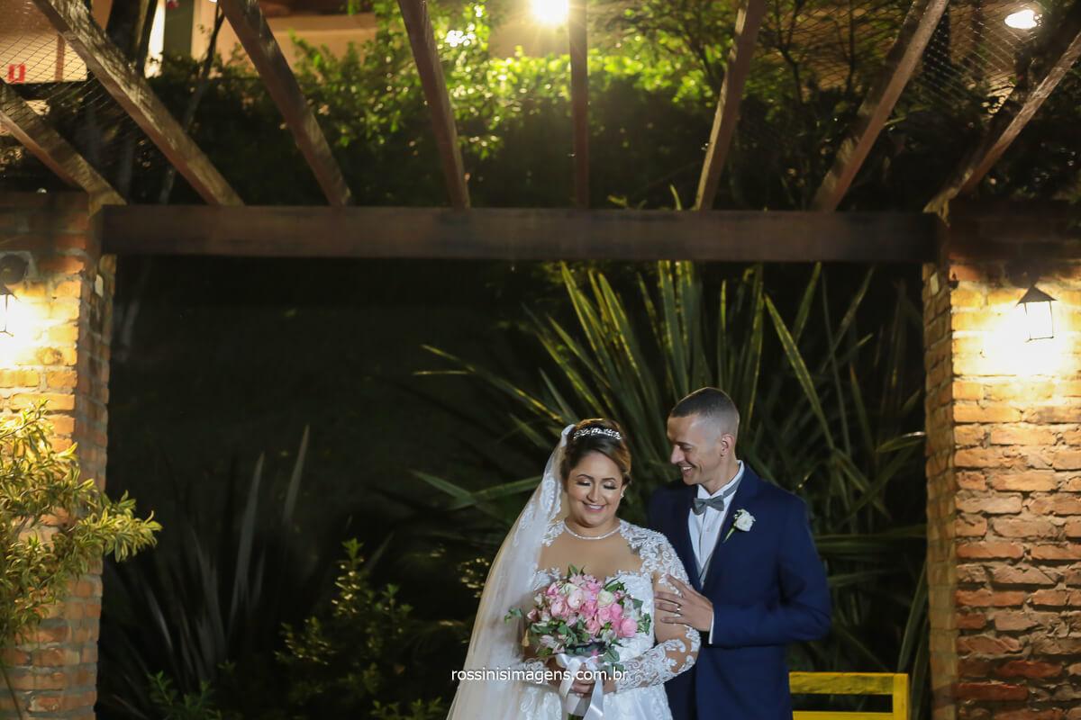 fotografia do casal de noivos pela parte externa do espaço vista verde em ribeirão