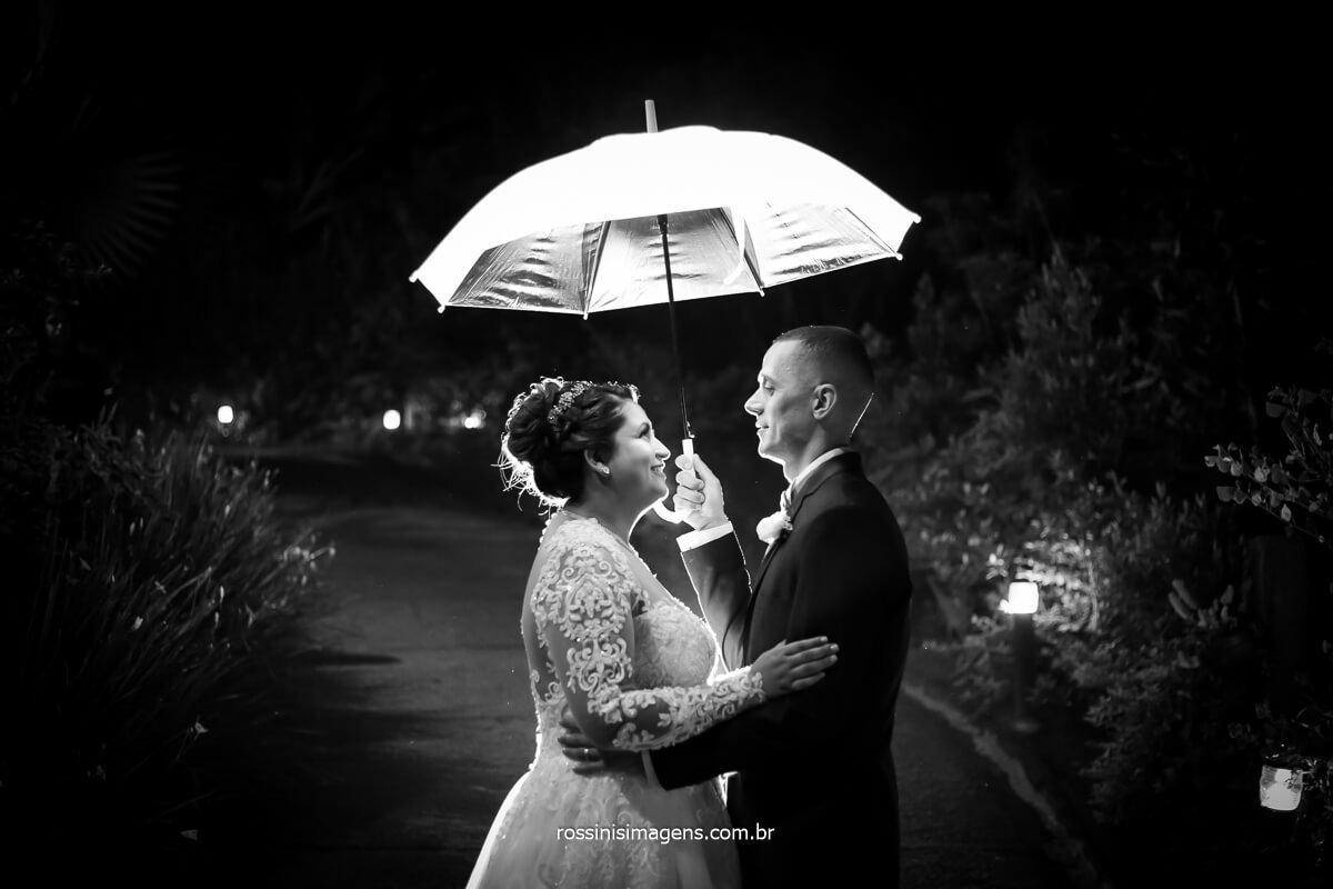 fotografia preto e branco do ensaio do casalo na chácara e ribeirão, @RossinisImagens