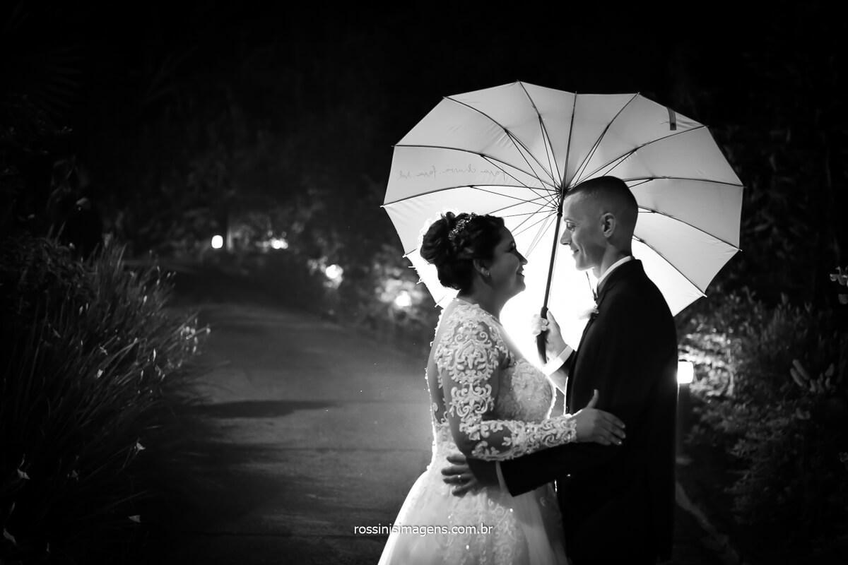 fotografia do casamento de amanda e Wellington com guarda chuva em formato de coração espaço vista verde por @RossinisImagens