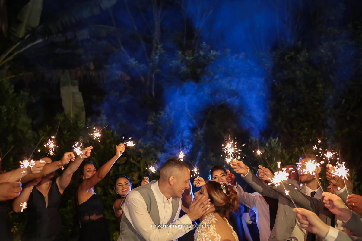 fotografia de casamento noivos e padrinhos com sparkles, fotografia de casamento externa no espaço vista verde em Ribeirão Pires fotografo de casamento em Ribeirão, Fotografia em Suzano, São Paulo-sp , @RossinisImagens