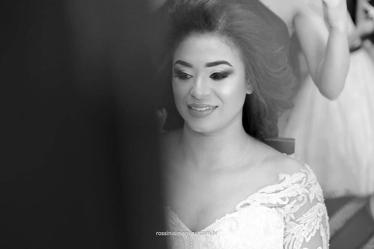fotografia da noiva sendo preparada a maquiagem para o casamento, @RossinisImagens