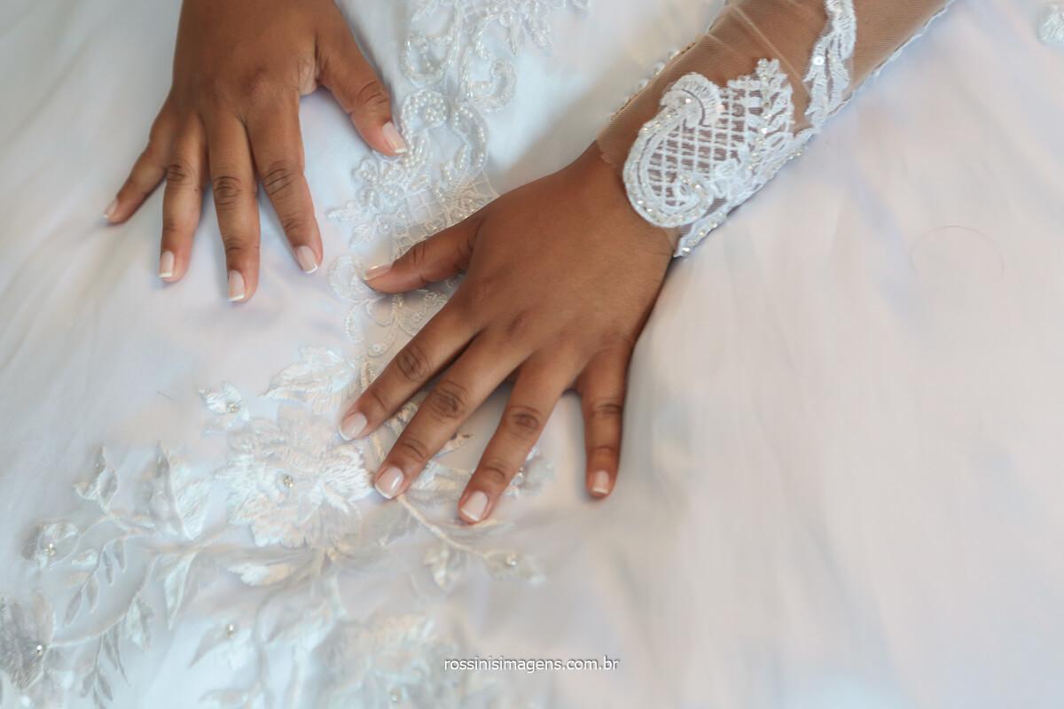 fotografo de casamento noiva com as unhas feitas e com vestido, @RossinisImagens