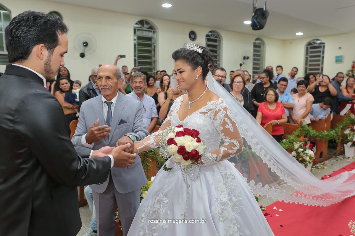 noivo recebendo a noiva na igreja junto ao pai, @RossinisImagens