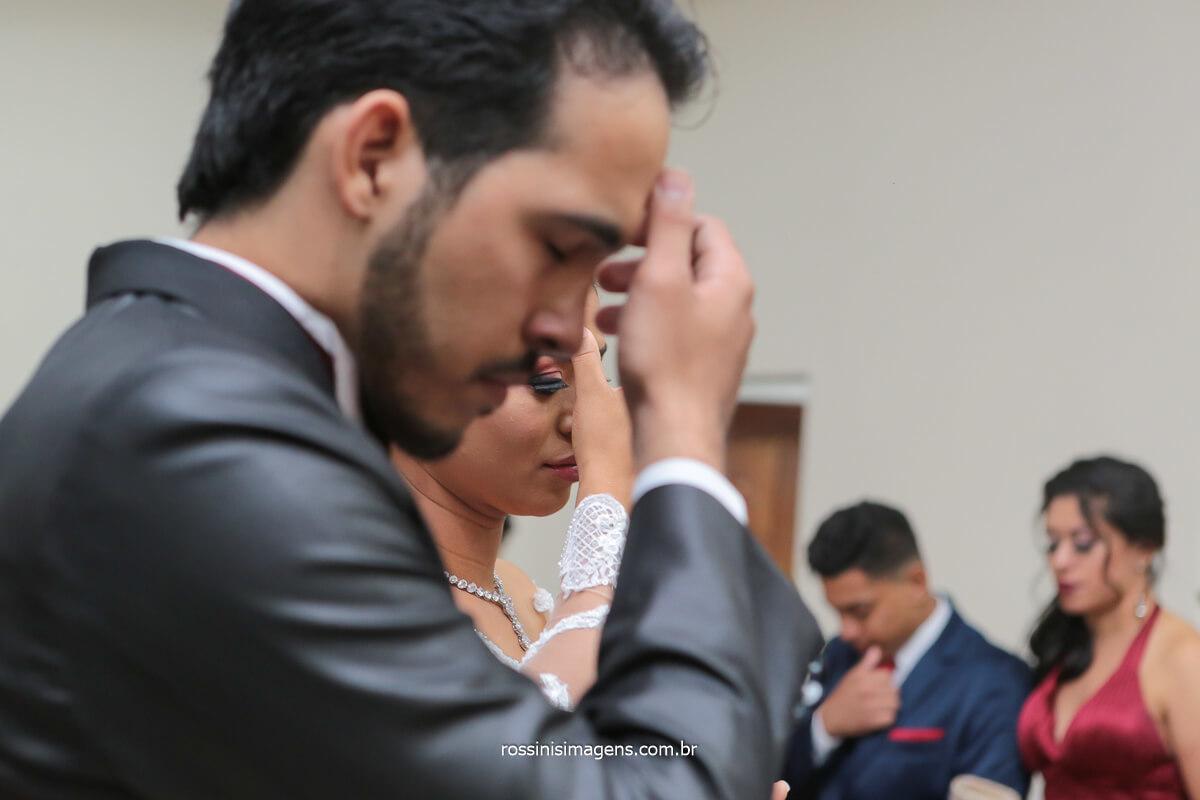 fotografia de casamento noivos fazendo sinal da cruz, @RossinisImagens