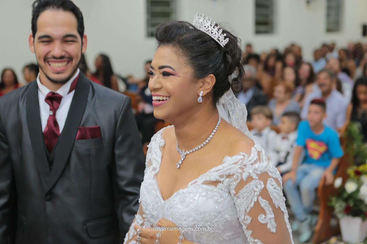 fotografo de casamento noivos no altar celebrando e rindo,@RossinisImagens