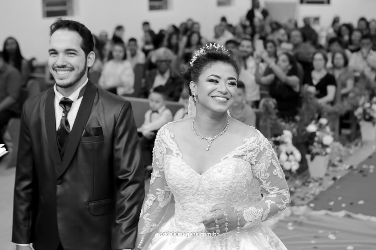 fotografo de casamento noivos no altar e noiva rindo,  @RossinisImagens