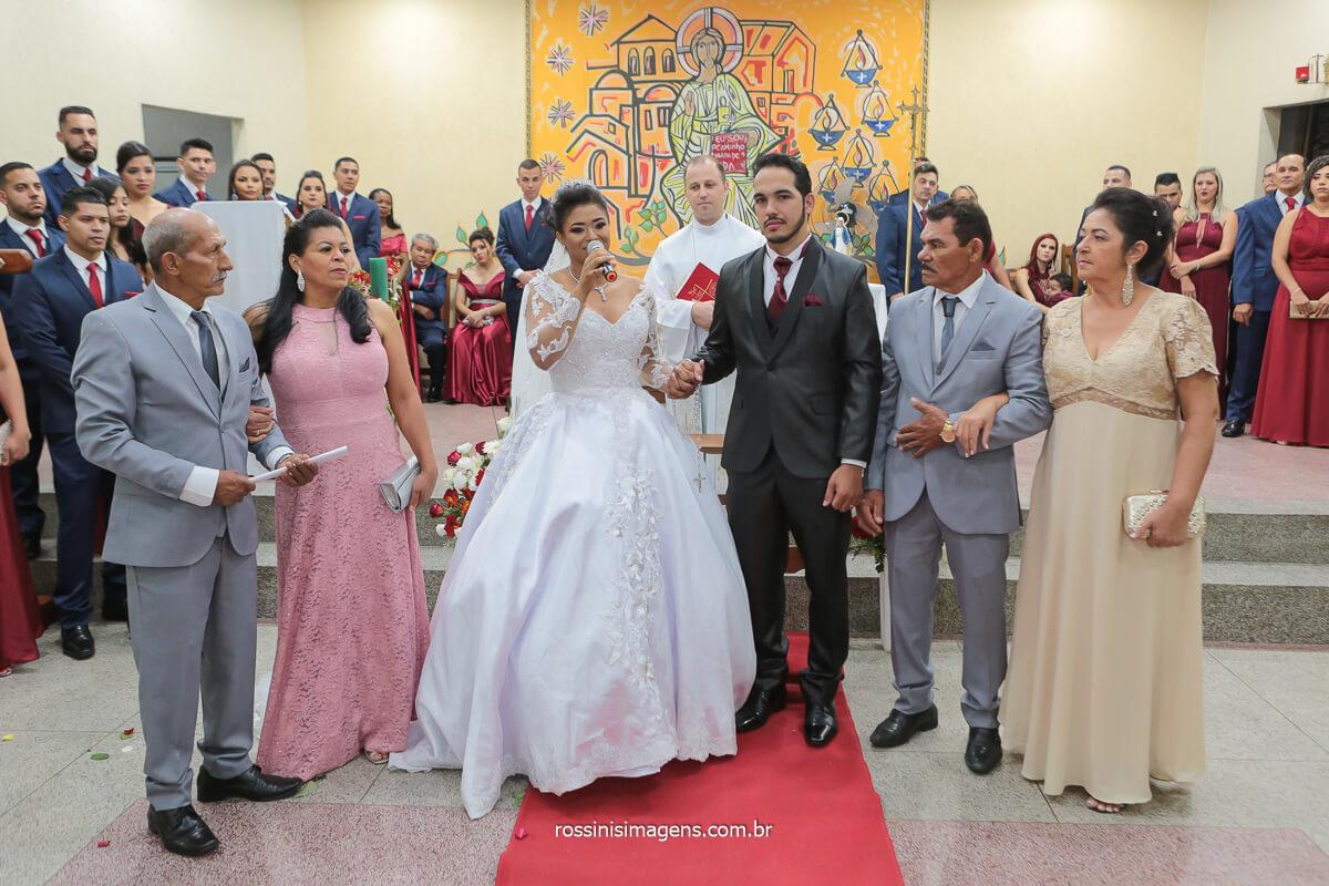 fotografia de casamento @RossinisImagens noiva e noivo homenageiam seus pais no altar,