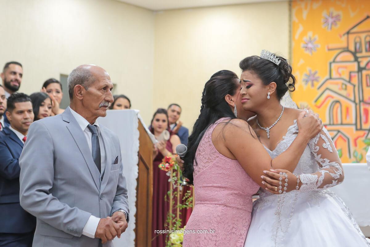 comprimento dos pais da noiva no altar apos a linda homenagem, @RossinisImagens