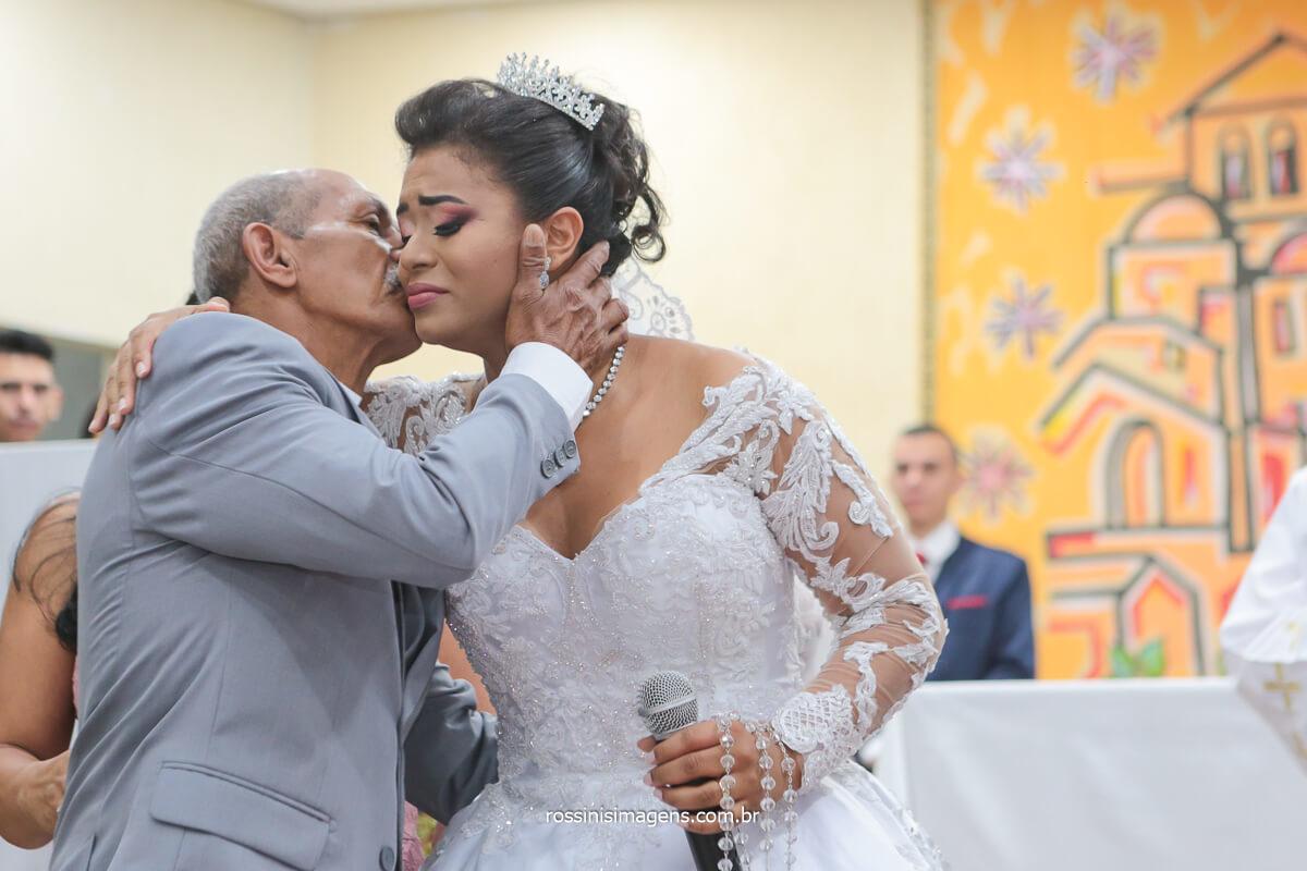 pai da noiva beijando-a apos a linda homenagem no altar, @RossinisImagens