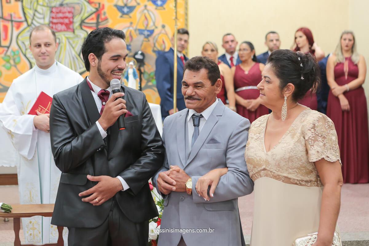 fotografia de casamento, noivo homenageando seus pais no altar com lindas palavras e um incrível buquê de flores