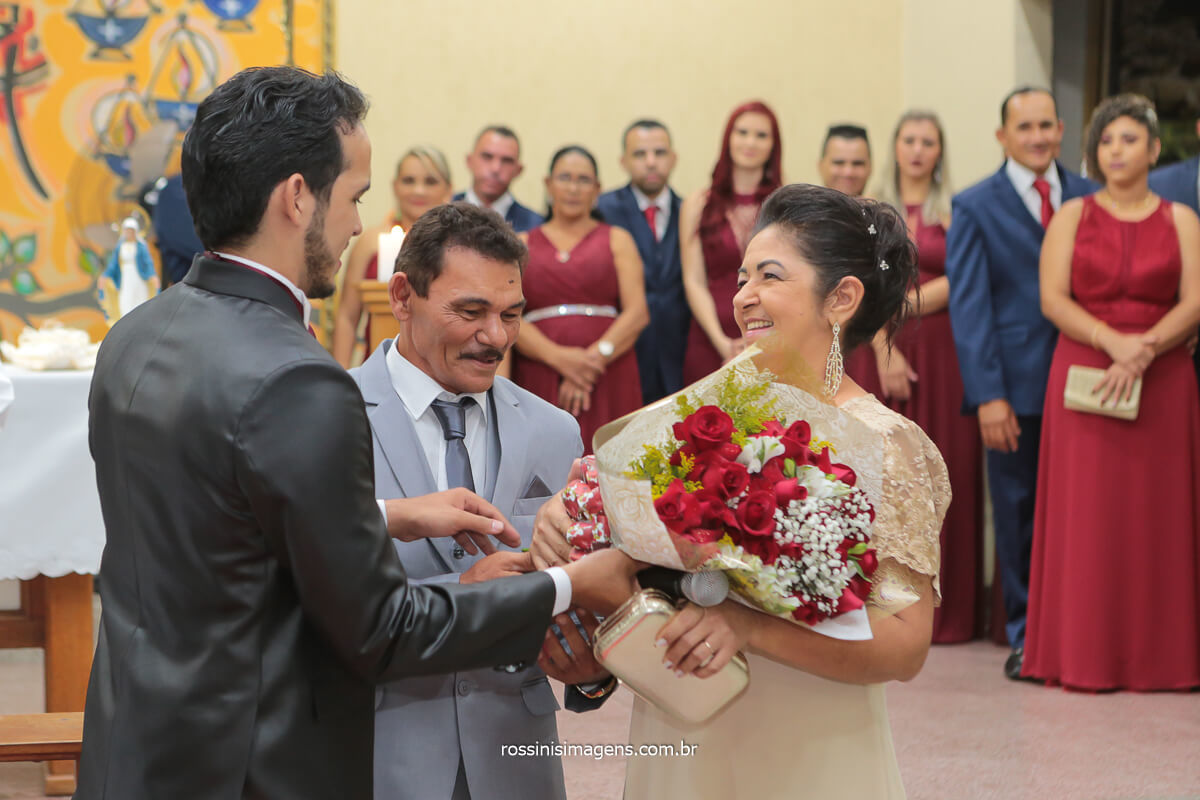 Fotografo de casamento noivo entregando um lindo buquê de flores aos pais como agradecimento por tudo que fizeram, @RossinisImagens