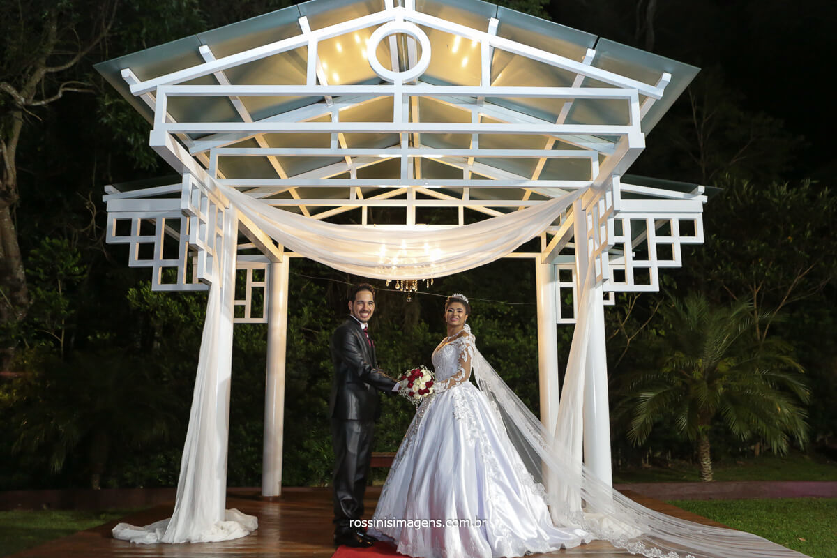 fotografo de casamento em Chácara Torres em Poá - SP Noiva e noivo em fotografia de casamento, @RossinisImagens