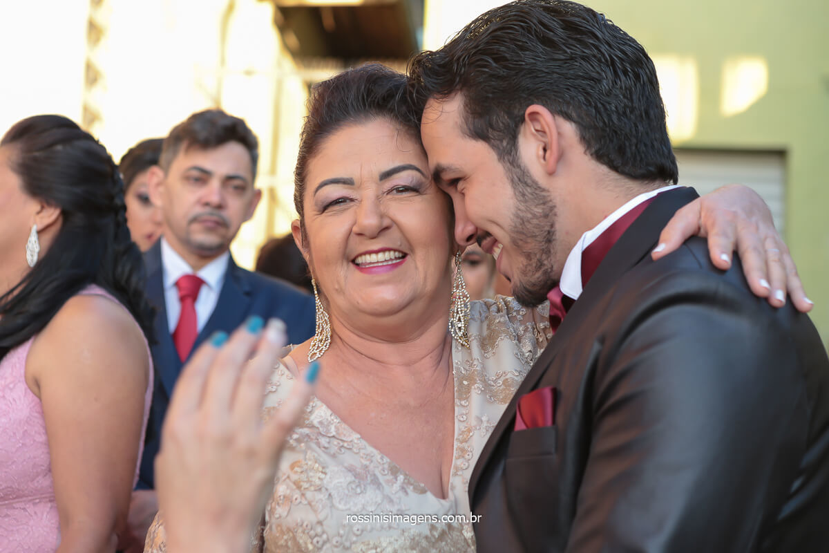 fotografia de casamento noivo e sua mãe antes do casamento na igreja, @RossinisImagens