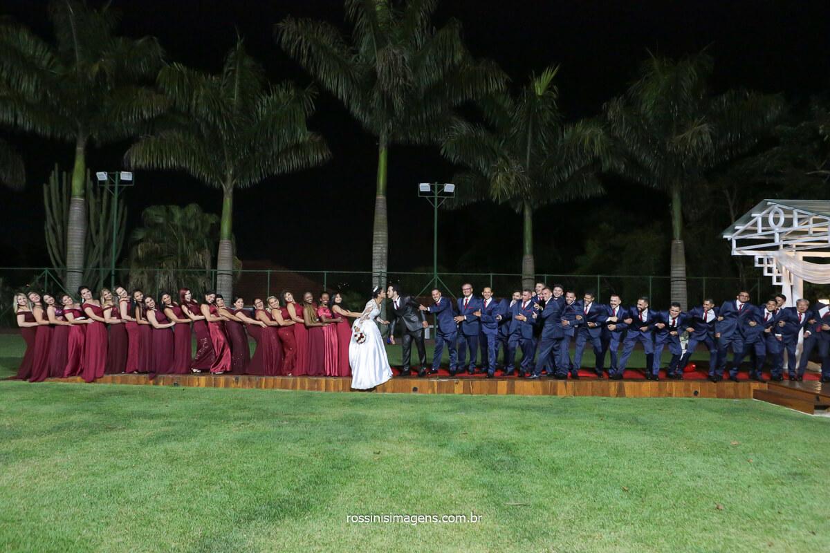 Fotografia Coletiva com os Padrinhos e Madrinhas e noivos ao centro da foto,Casamento em Poá Na Chácara Torres, @RossinisImagens