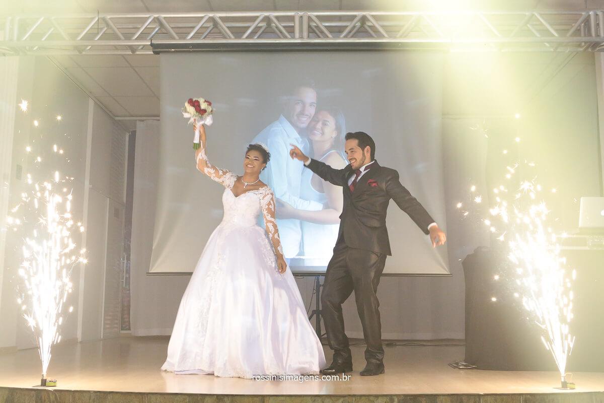 Entrada dos noivos na Chácara Torres em Poá com o Dj Royal Som Iluminação Cênica e Efeitos, @RossinisImagens