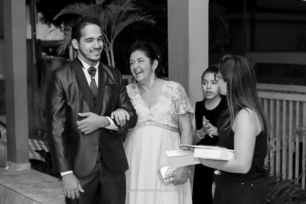 fotografia de casamento noivo e sua mãe entrando em direção ao altar, wedding day, groom and mother, @RossinisImagens